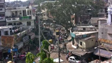 Fast moving crowd on Main bazar in new Delhi — Stock Video