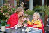 Mother and daughter in outdoors cafe — Stock Photo