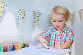 Fille mignonne enfant d'âge préscolaire, dessin sur papier — Photo