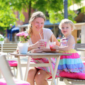 Mother and daughter relaxing in cafe — Stock Photo
