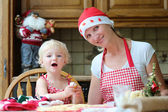 Mother and daughter making christmas cookies — Stock Photo