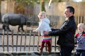 Father with kids having fun in the zoo — Stock Photo