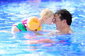 Father and daughter swimming in pool — Stock Photo