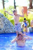 Padre e hijo se divierten en la piscina — Foto de Stock