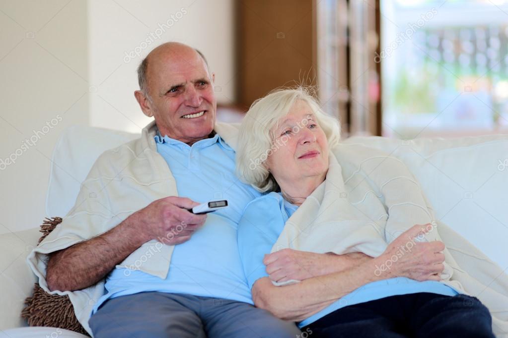 с пожилой на диване-яи1