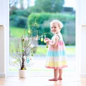 Little girl decorating home for Easter — Стоковое фото