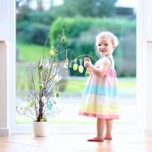 Little girl decorating home for Easter — Stock fotografie