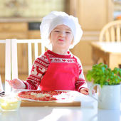 Little cute girl preparing pizza — Stock Photo