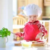 Little cute girl preparing pizza — Stock Photo