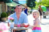 Father and daughter relaxing in outdoors cafe — Stock Photo