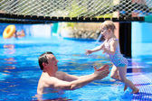 Father and daughter playing in swimming pool — Stockfoto