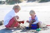 Niños felices jugando en la playa — Foto de Stock