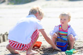 Happy kids playing on the beach — Stock Photo