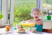 Funny girl enjoying healthy breakfast — Stockfoto