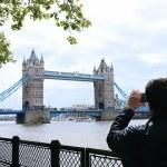 Tourists enjoying view of Tower Bridge, London — Stock Photo #73981995