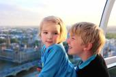 Children enjoying view from London Eye — Stockfoto