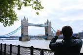 Tourists enjoying view of Tower Bridge, London — Foto de Stock