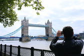 Tourists enjoying view of Tower Bridge, London — Stock Photo