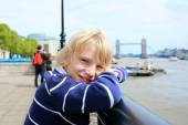 Happy boy enjoying trip to London — Stockfoto