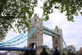 Tourists enjoying view of Tower Bridge, London — Stok fotoğraf