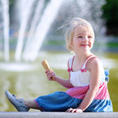 Cute little girl eating ice cream on summer day — Fotografia Stock