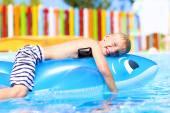 Happy boy having fun in swimming pool — Stock Photo
