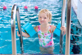 Healthy toddler girl in swimming pool — Stock Photo