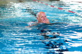 Active senior man swimming in the pool — 图库照片