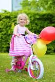 Gelukkig meisje paardrijden haar fiets — Stockfoto