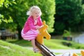 Lilla flickan har roligt på lekplatsen — Stockfoto