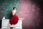 Dívka v červených šatech — Stock fotografie
