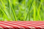 Zelené sklo pozadí s dřevěný stůl. — Stock fotografie