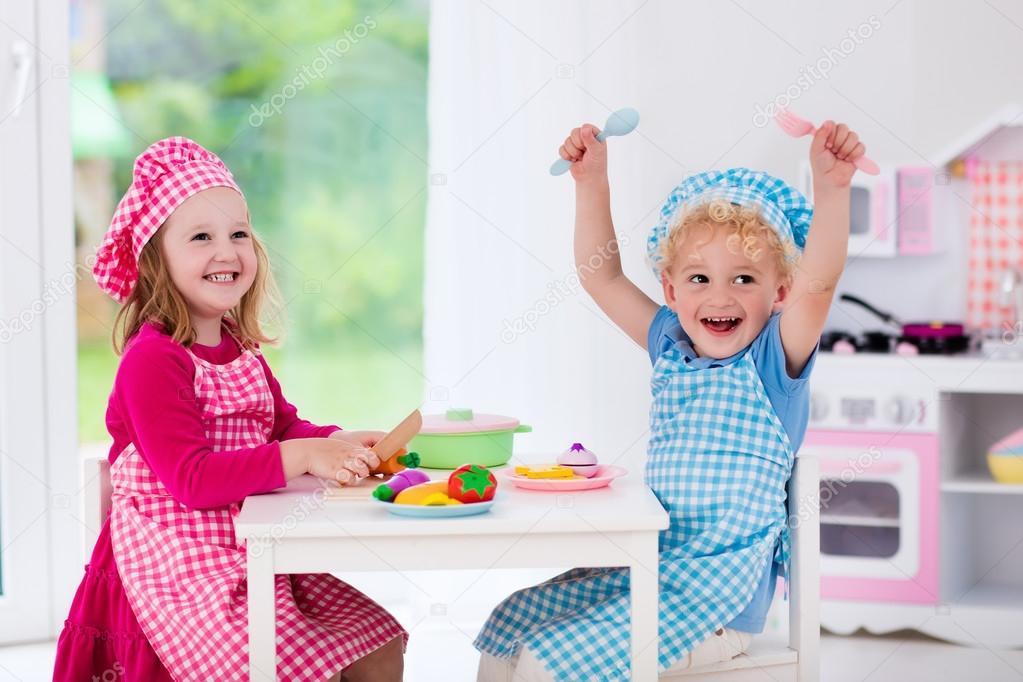 Kinderen spelen met speelgoed keuken — stockfoto © famveldman ...