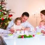 szczęśliwą rodzinę na obiad Bożego Narodzenia — Zdjęcie stockowe