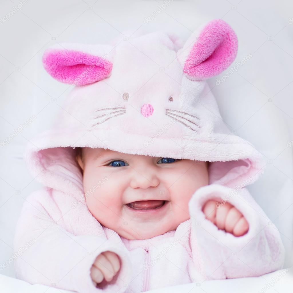 Bebé disfrazado de conejo — Foto de Stock #53545577 ...