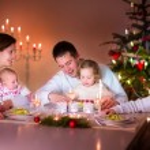 ευτυχισμένη οικογένεια σε χριστουγεννιάτικο δείπνο — Φωτογραφία Αρχείου