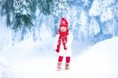 Little girl running in a snowy park — Photo