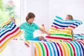 Kids having pillow fight — Zdjęcie stockowe