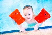 赤い腕章スイミング プールで楽しんでいるかわいい幼児 — ストック写真