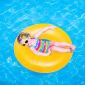 Niña en una piscina — Foto de Stock