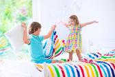 Combattono i ragazzi avendo cuscino — Foto Stock