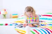 Menina lendo um livro — Fotografia Stock