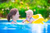 Mother and baby in swiming pool — Stock Photo