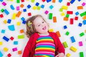 Liten flicka spelar med färgglada blocken — Stockfoto