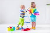 Crianças pintando paredes em casa remodelar — Fotografia Stock