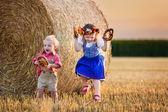 ドイツの小麦畑で遊ぶ子供たち — ストック写真