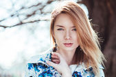 Girl posing in the park. Close-up portrait — Stock Photo