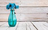 Fiore blu del gerbera in un vaso su fondo di legno — Foto Stock