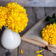 Flowers. Beautiful yellow chrysanthemum in a vintage vase. Cup of coffee. Bright Servais, cup and saucer .. Beautiful breakfast.Old books on a wooden background. — Stock Photo #58663387