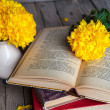 Flowers. Beautiful yellow chrysanthemum in a vintage vase. Cup of coffee. Bright Servais, cup and saucer .. Beautiful breakfast.Old books on a wooden background. — Stock Photo #58664625